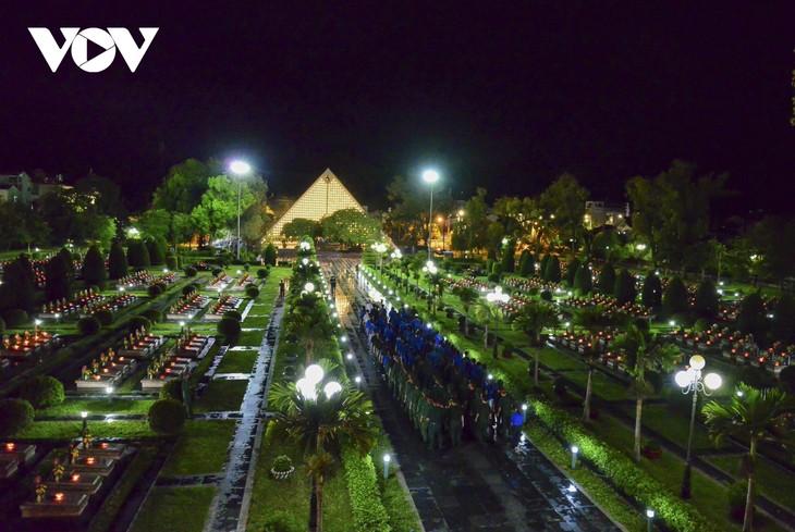 Thắp nến tri ân các anh hùng liệt sĩ ở Điện Biên - ảnh 1