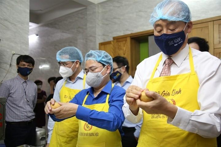 12.000 bánh Trung thu gửi 'chiến sĩ áo trắng' tuyến đầu chống dịch - ảnh 3