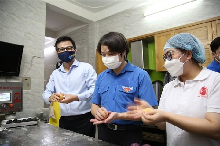 12.000 bánh Trung thu gửi 'chiến sĩ áo trắng' tuyến đầu chống dịch - ảnh 2