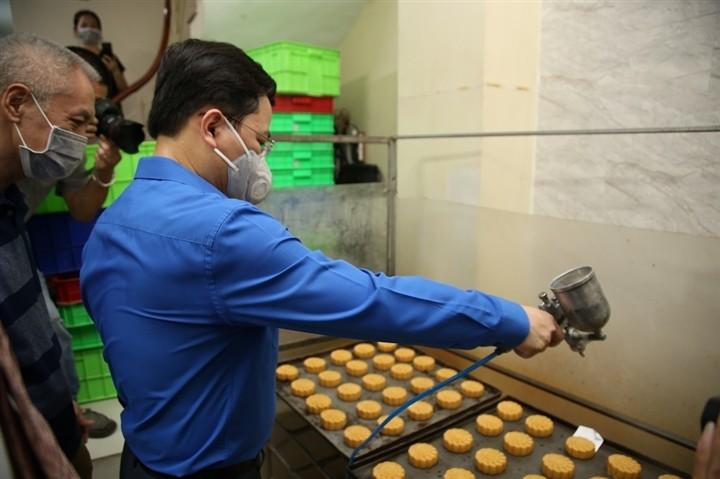 12.000 bánh Trung thu gửi 'chiến sĩ áo trắng' tuyến đầu chống dịch - ảnh 6
