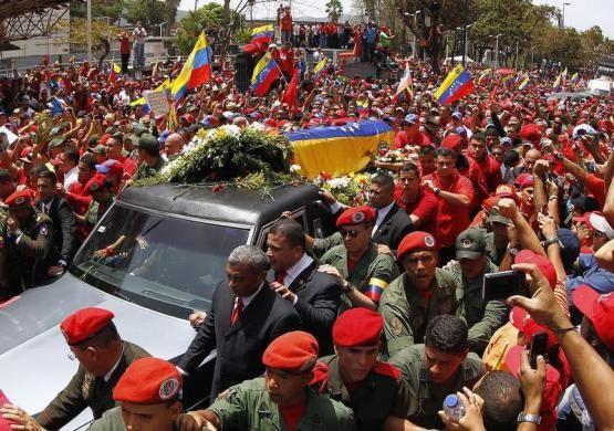 ベネズエラ国民、チャベス氏の棺を涙で見送り - ảnh 1