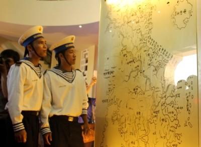 フーイエンで、チュオンサとホアンサ両群島の地図・資料展示会 - ảnh 1