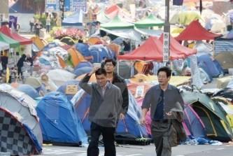 香港、学生らの道路占拠終わる - ảnh 1