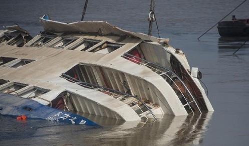 中国旅客船転覆、原因究明 - ảnh 1