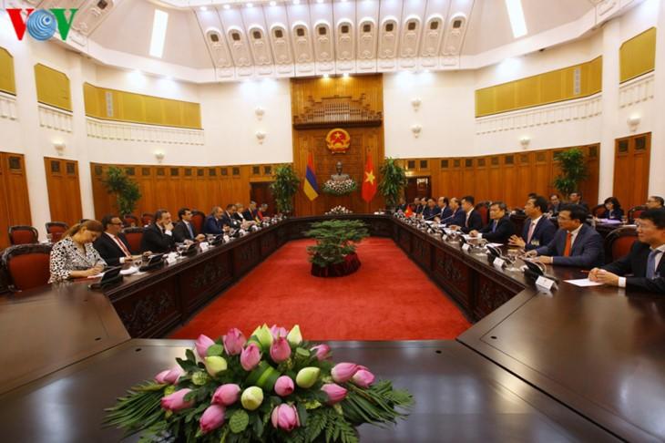 フック首相、アルメニア首相と会談 - ảnh 1
