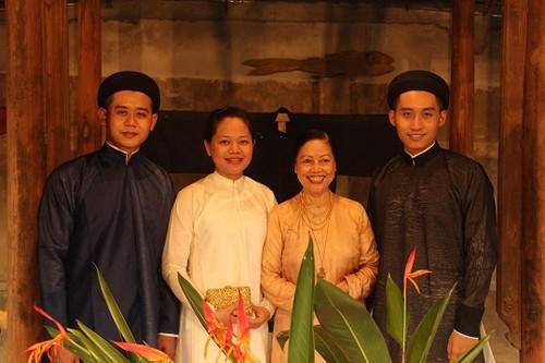 ベトナムの独特な文化をピーアールするベトナムの人々 - ảnh 3