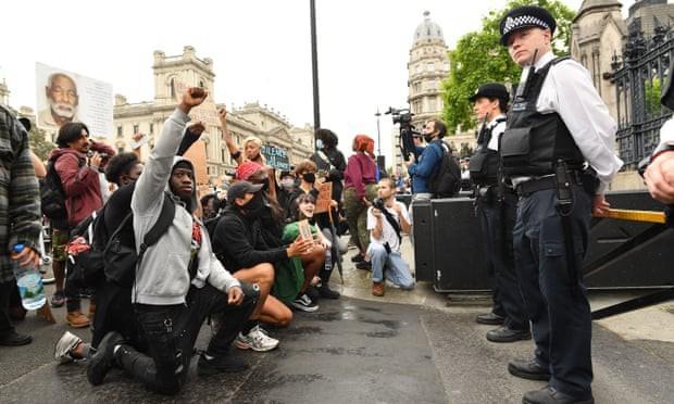 英国でも抗議デモ 一部で警官隊と衝突、馬の暴走も - ảnh 1