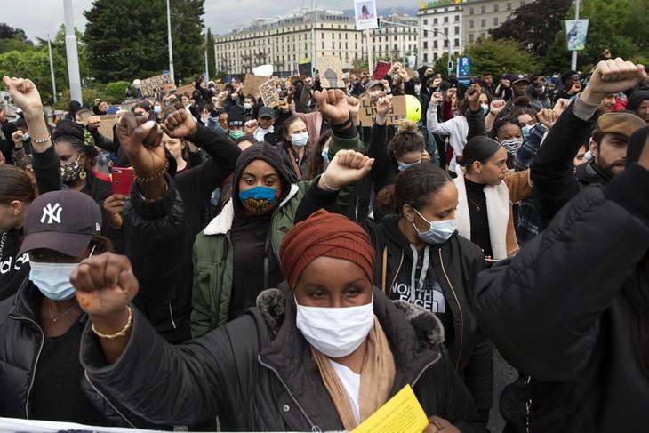スイスで抗議デモ 米国の人種差別に抗議 - ảnh 1