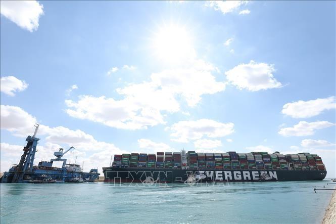 スエズ運河 座礁コンテナ船 物流へ影響 320隻以上が通過待ち - ảnh 1