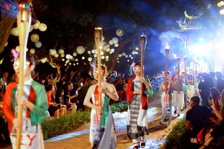 アオザイによるファッションショー、文廟・国士舘で開催 - ảnh 1