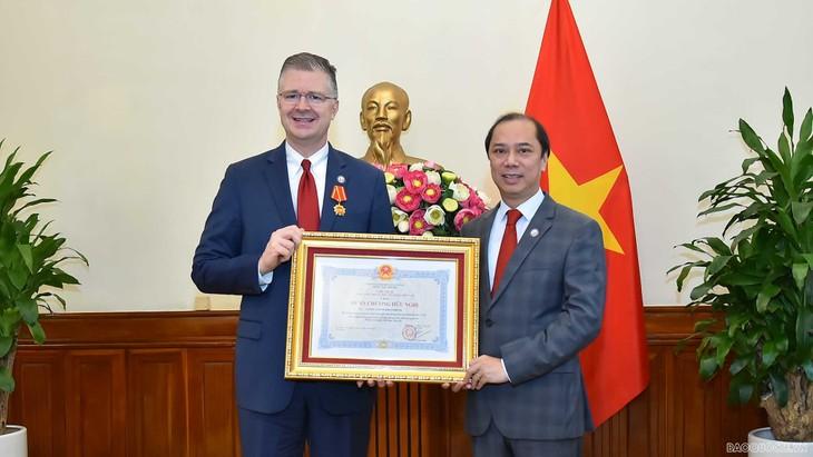 Deputi Menlu Nguyen Quoc Dung Terima Dubes AS, Daniel Kritenbrink - ảnh 1
