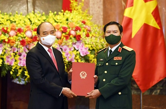 国家主席 ベトナム人民軍参謀総長の任命決定書を手渡す - ảnh 1