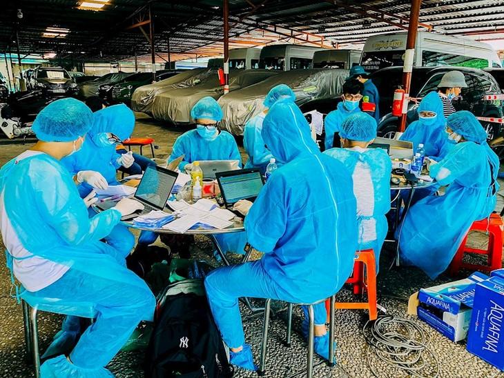 HCM市での新型コロナ予防対策に参加している青年ボランティア - ảnh 1