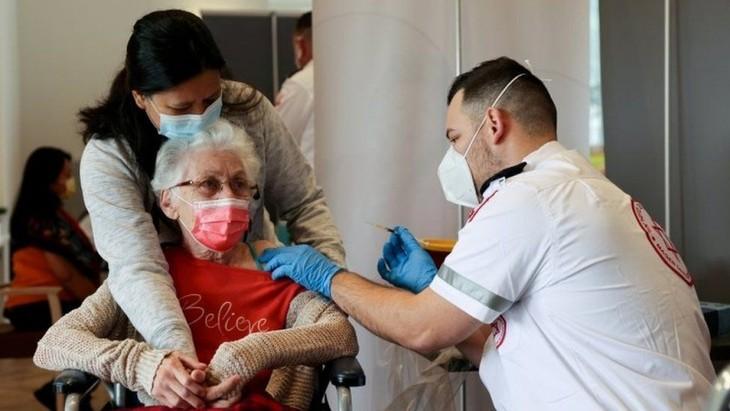 イスラエル 3回目のワクチン接種実施へ 感染再拡大で - ảnh 1