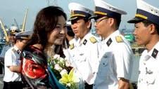 越南海军部队、财政部干部和媒体记者代表团抵达西礁 - ảnh 1