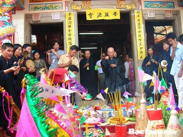 """""""盂兰节与佛子和企业家""""慈善艺术交流活动在河内举行 - ảnh 1"""