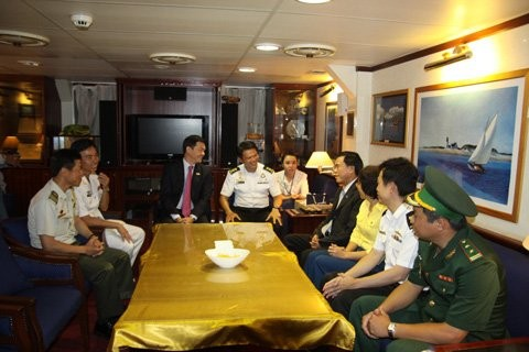 新加坡海军代表团访问越南岘港市 - ảnh 1