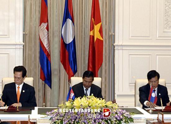 阮晋勇总理出席越老柬发展三角区政府首脑会议 - ảnh 1