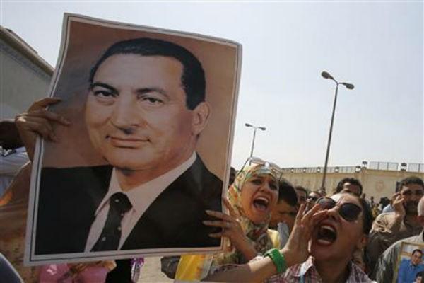 埃及推迟对穆巴拉克和穆斯林兄弟会领导人审讯 - ảnh 1