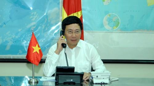 越南政府副总理兼外长范平明同多国外长通电话 - ảnh 1