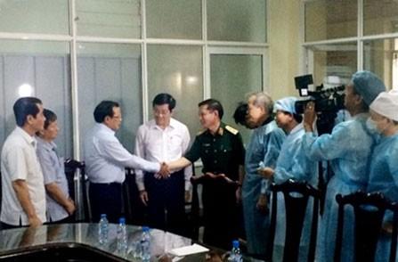 张晋创主席探望在越南米-171型直升机坠毁事故中受重伤的战士 - ảnh 1