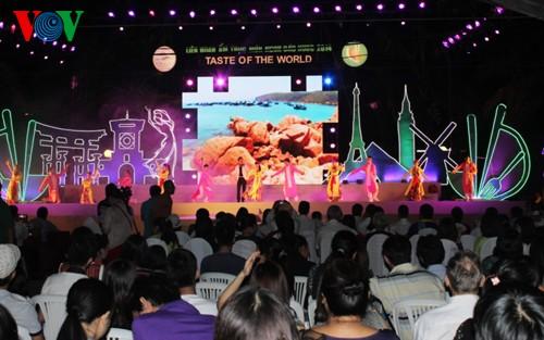 二十多万人次游客参加2014年各国美食节 - ảnh 1