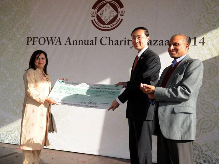 越南参加在巴基斯坦举行的2014年慈善义卖活动 - ảnh 1