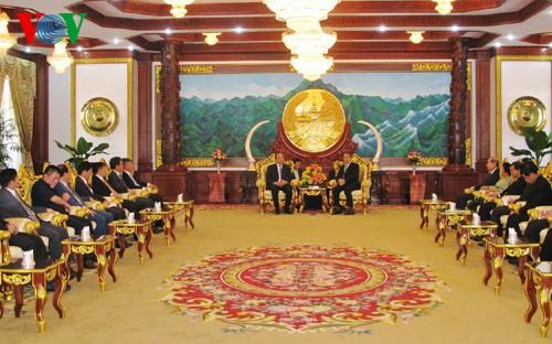 阮春福副总理礼节性拜会老挝国家主席和国会主席 - ảnh 1