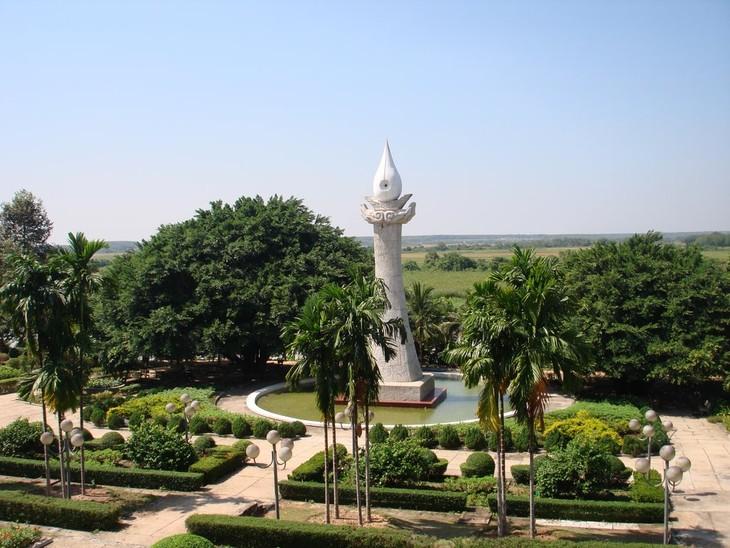 旅外越南人代表团回国过年并在滨药烈士庙上香 - ảnh 1