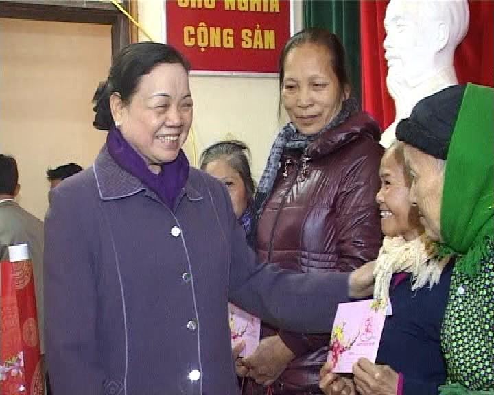 越共中央民运部部长何氏洁看望慰问宣光省贫困者 - ảnh 1
