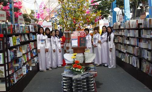 胡志明市:2015乙未春节热闹的花街书街 - ảnh 1