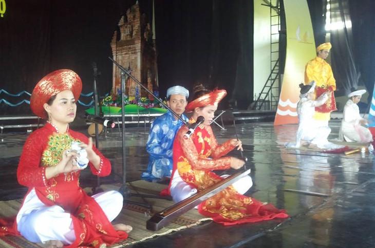 越南电视台举行2015年越南民歌节南中部赛区比赛 - ảnh 1