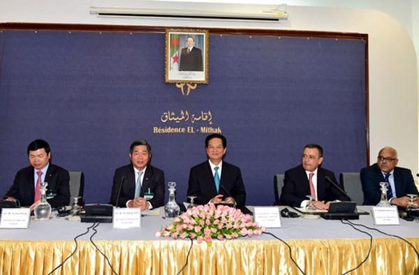 阮晋勇总理与越南和阿尔及利亚企业进行对话 - ảnh 1