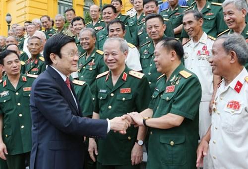 张晋创主席会见两个武装力量英雄单位的退伍军人 - ảnh 1