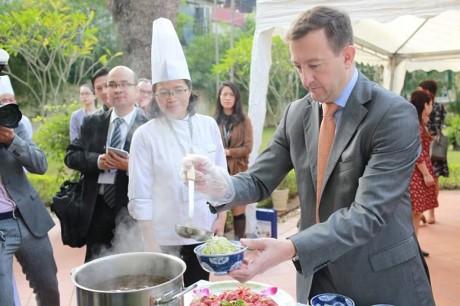 法国驻越大使贝特兰•洛尔拉里学做越南传统河粉 - ảnh 1