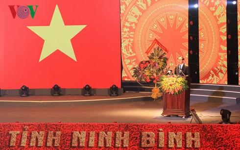 陈大光出席宁平省重新建省25周年纪念大会 - ảnh 1