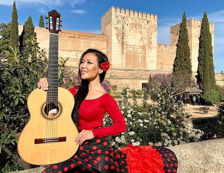 著名吉他演奏家黎秋:与吉他结缘同她诞生世间一样自然 - ảnh 1