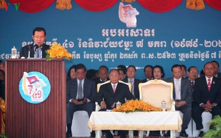 柬埔寨首相洪森:越南志愿军帮助柬埔寨摆脱种族灭绝制度 - ảnh 1