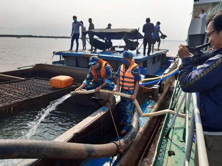 海军学院936舰帮助受咸潮入侵影响的居民 - ảnh 1