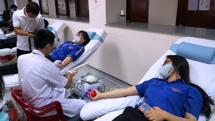 疫情中各地青年积极参加无偿献血活动 - ảnh 1