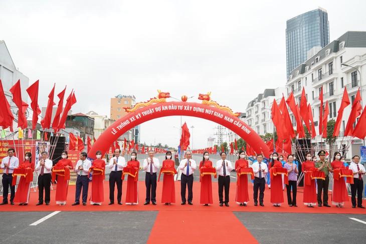 越南政府总理阮春福启动了在海防市的一些重要交通项目 - ảnh 1