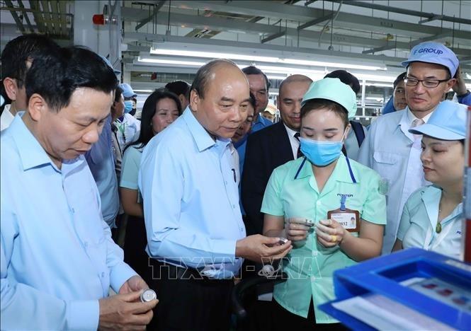 越南政府总理阮春福与北宁省越新工业区工人进行对话 - ảnh 1