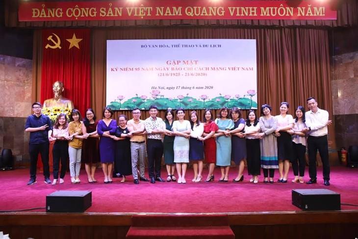 越南文化体育和旅游部会见并表彰老新闻工作者 - ảnh 1