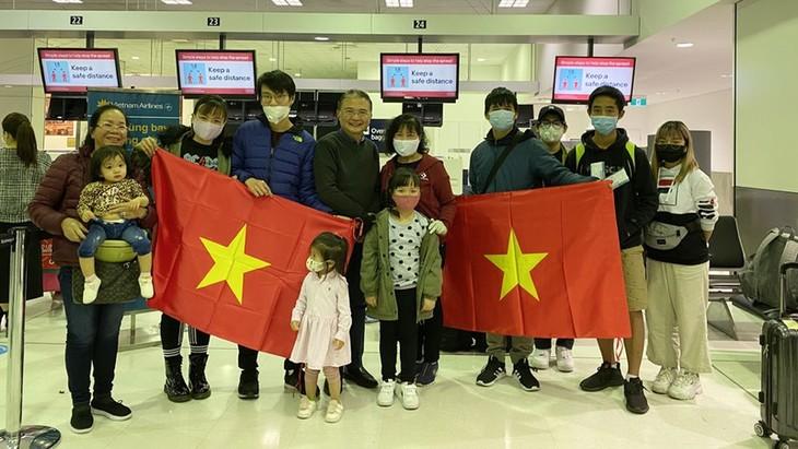 搭载在澳大利亚越南公民的第二趟班机将于7月3日回国 - ảnh 1