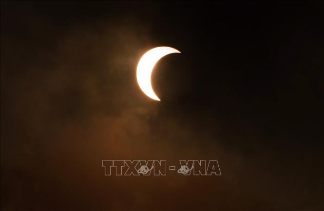 河内市民纷纷观看日食天象 - ảnh 1