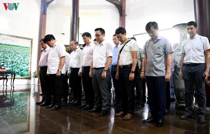 出席全国广播节的代表团在胡志明主席父亲阮生色副榜遗迹区上香 - ảnh 1