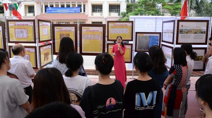 """""""黄沙长沙归属越南:历史证据和法理依据""""地图和资料展在山罗省举行 - ảnh 1"""