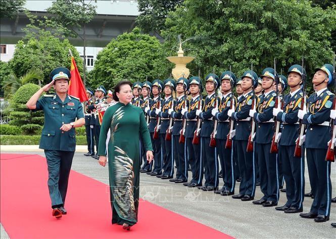 越南国会主席阮氏金银视察防空空军部队 - ảnh 1