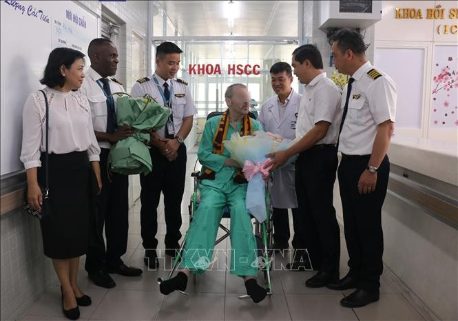 英国媒体纷纷报道越南第91例新冠肺炎病例英国飞行员出院回国 - ảnh 1