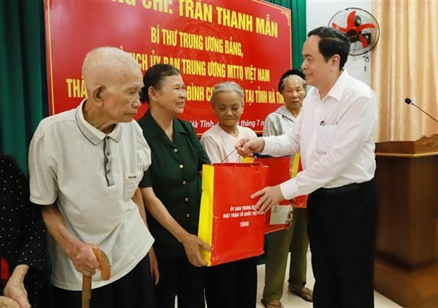 越南祖国阵线中央委员会主席陈青敏看望慰问河静省优抚家庭 - ảnh 1